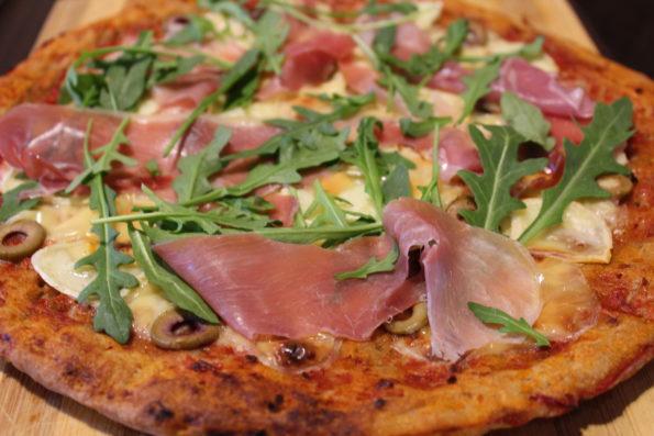 Пица с пълнозърнесто тесто и прошуто от Вкусните рецепти